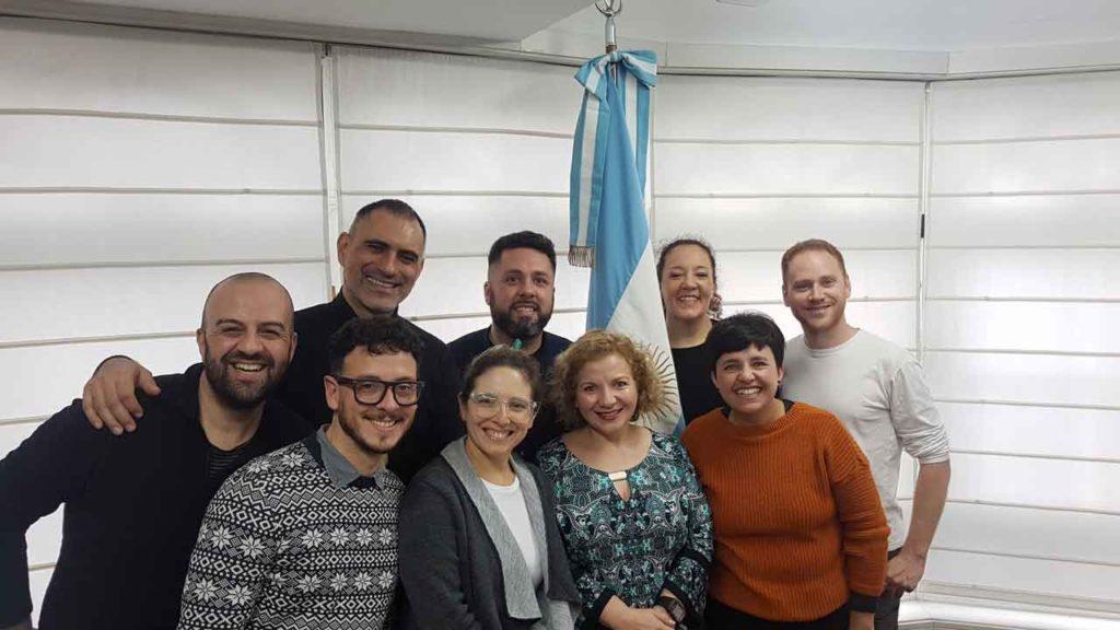Los integrantes del grupo Cuchicheros, con la cónsul general de Argentina en Vigo, Silvina Montenegro.