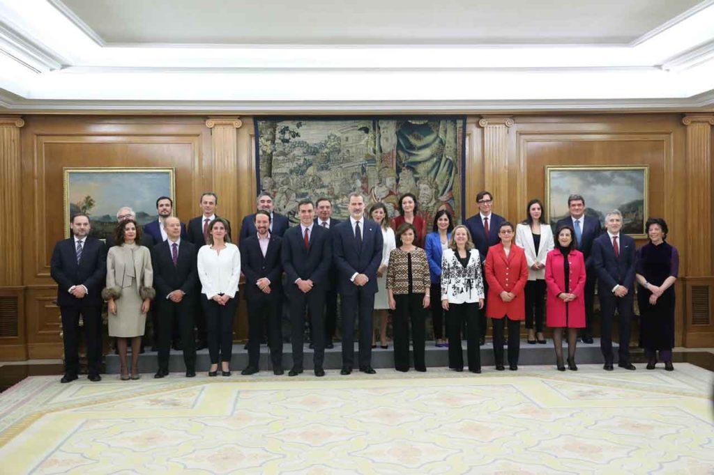Pedro Sánchez y su Gobierno posan con Felipe VI después de que los ministros prometiesen sus cargos el lunes 13.