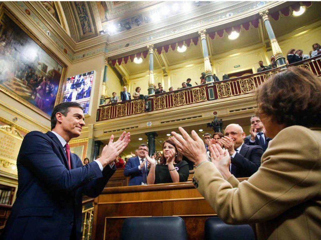 Los diputados socialistas aplauden a Pedro Sánchez tras confirmarse su elección como nuevo presidente del Gobierno.
