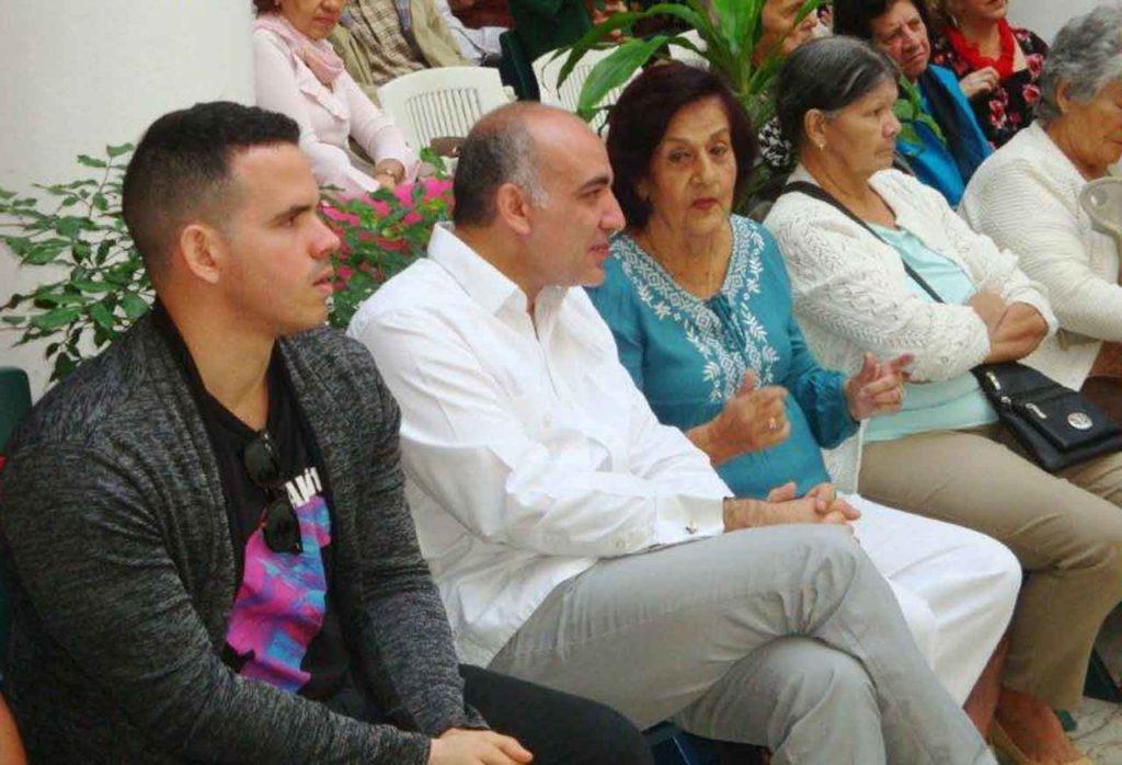 Un momento del acto, con el cónsul y la presidenta de la Ascyl en el medio de la foto.