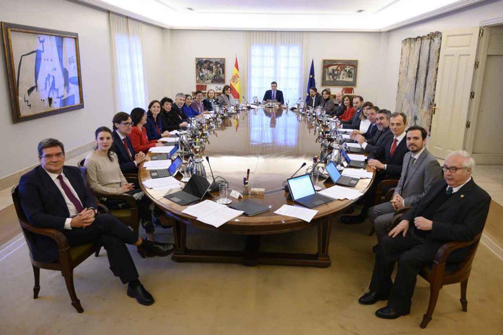Los miembros del nuevo Gobierno presidido por Pedro Sánchez, momentos antes de comenzar la primera reunión del Consejo de Ministros, el 14 de enero.