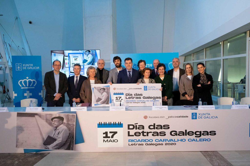 Román Rodríguez con el resto de autoridades asistentes y las hijas del homenajeado.