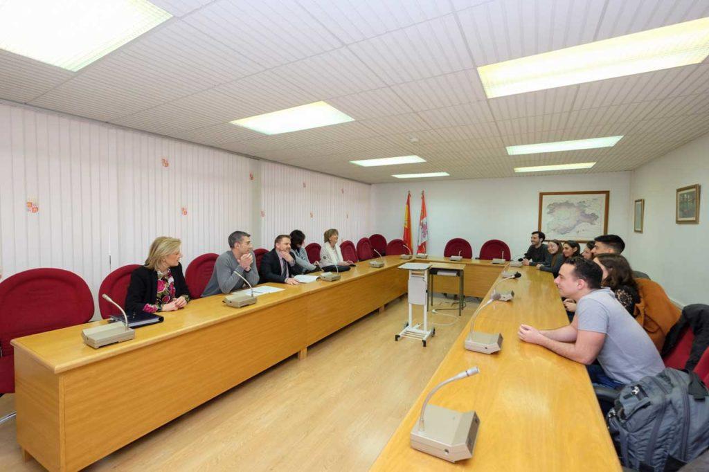 Imagen de la reunión del director general de Acción Exterior con los becarios residentes en América Latina de origen castellano y leonés.