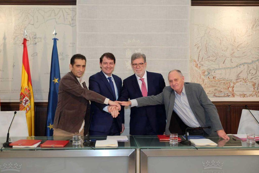 Fernández Mañueco con los firmantes de los acuerdos del Consejo de Diálogo Social.