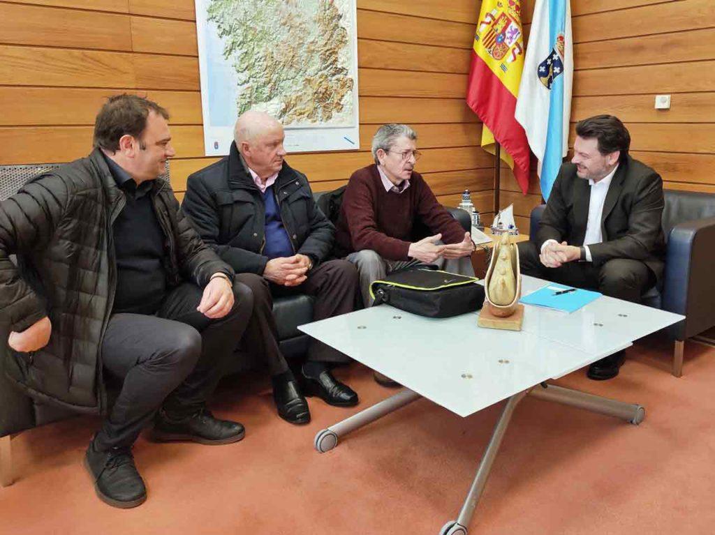 Rodríguez Miranda con la directiva de la Asociación de Retornados Ulla-Umia.