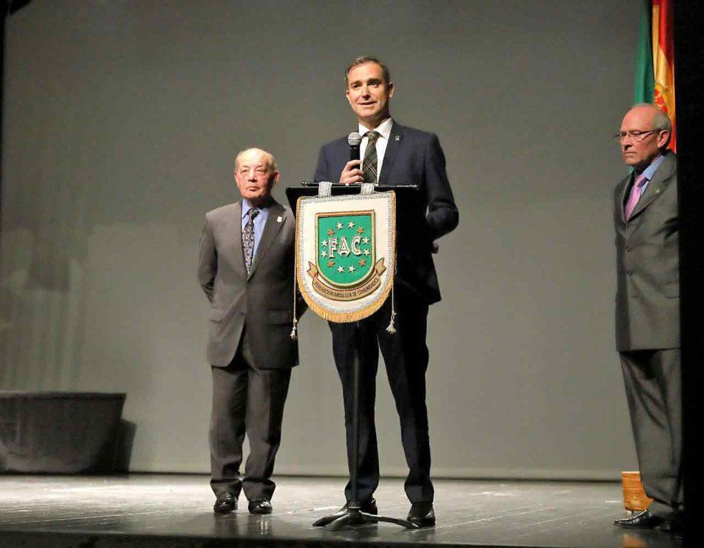Amós García, derecha, recibió el Premio Institucional de la FAC.