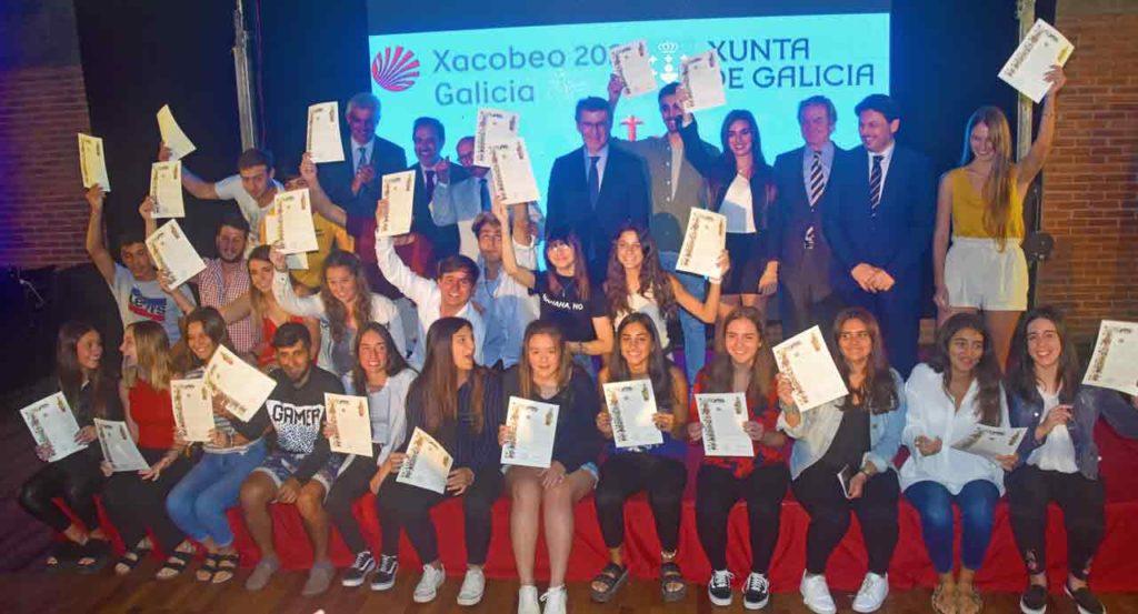 El presidente de la Xunta con los jóvenes que recibieron las 'Compostelas'.