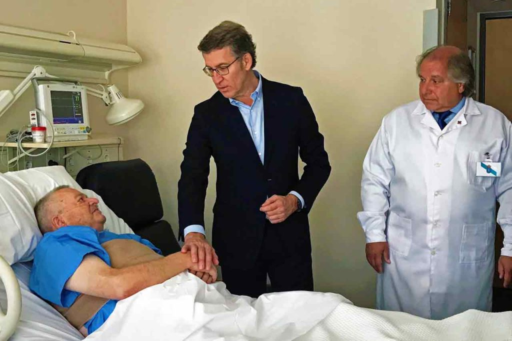 Núñez Feijóo visitó a un paciente originario de Padrón.