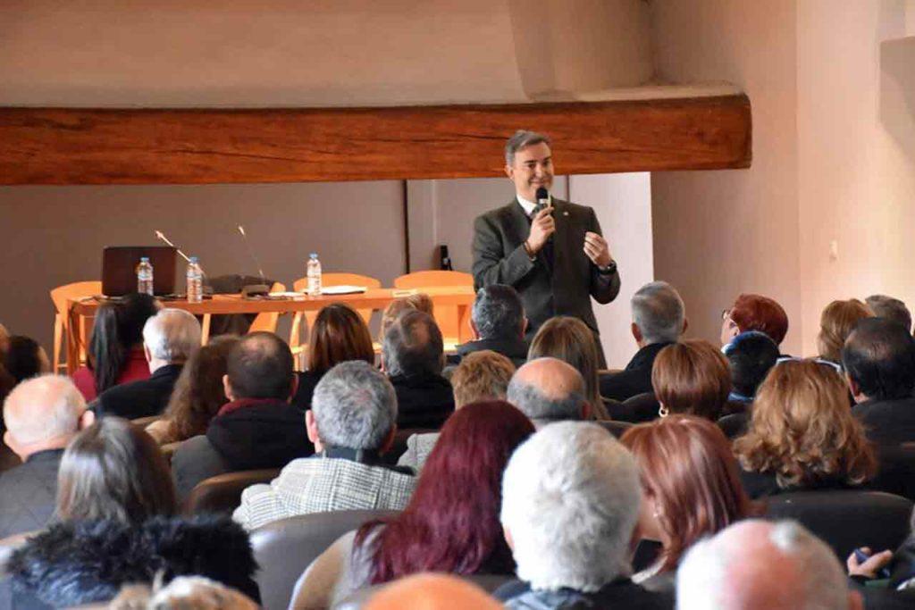 Amós García se dirige a los asistentes.