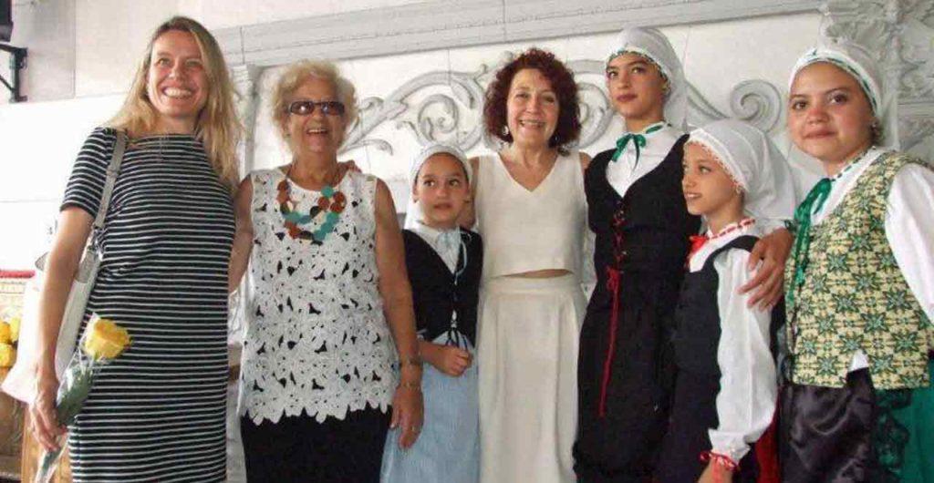Cecilia Pérez, Nuria Reigosa y Mª Lidia Amago junto a las niñas de la Escuela de Baile de la Federación Asturiana.