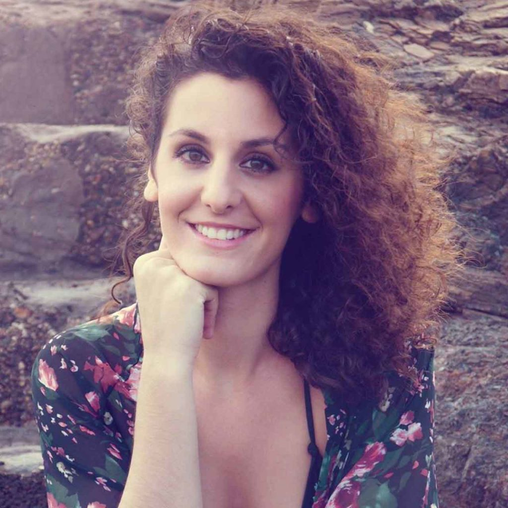 Irene Caja nació en Alhama (Murcia) y vive en Madrid tras residir en Mexico.