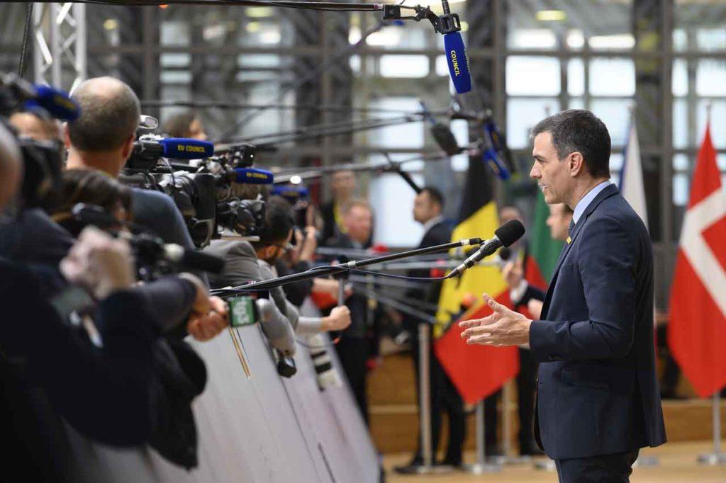 Pedro Sánchez atiende a la prensa antes del comienzo de la reunión del Consejo Europeo.