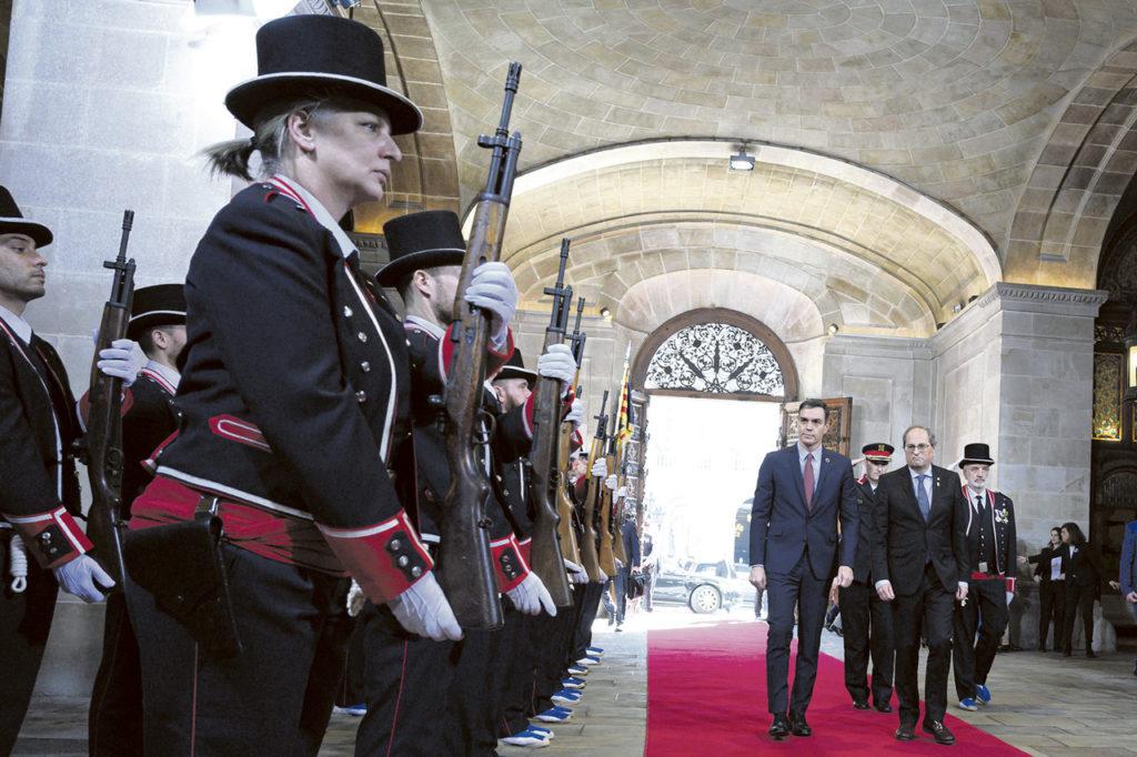 Sánchez y Torra pasan revista a la formación de gala de la guardia de honor de los Mossos.