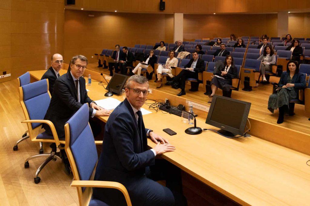 En primer término, el vicepresidente de la Xunta, Alfonso Rueda; el presidente Alberto Núñez Feijóo y el conselleiro de Sanidade, Jesús Vázquez Almuiña, en la reunión de la Comisión Interdepartamental para el seguimiento del COVID-19.