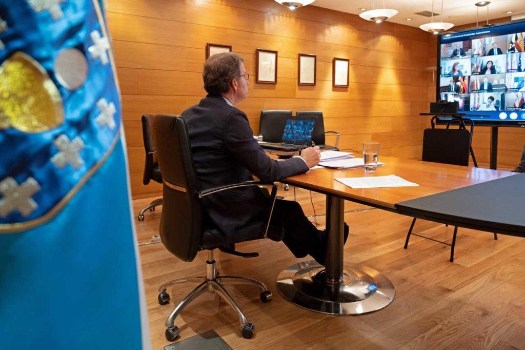 El titular del Gobierno gallego, Alberto Núñez Feijóo, durante la videoconferencia con el presidente del Gobierno central, Pedro Sánchez, y los demás presidentes autonómicos.