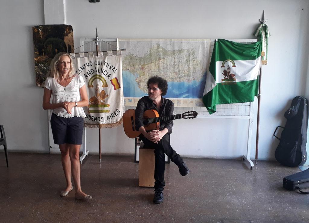 Marisa Gil Simón presentando a Héctor Romero, sentado a su lado.