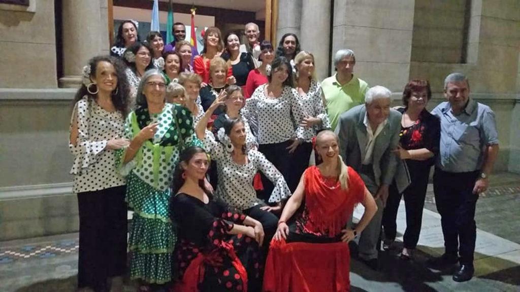 Miembros del centro junto a integrantes del ballet España Viva y del coro Gazpacho.
