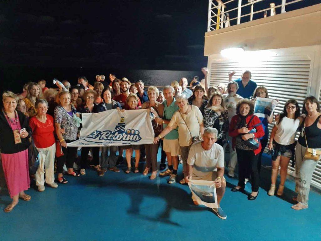 Participantes del 'Viaje del Retorno' en la cubierta del crucero Costa Pacífica durante la travesía.