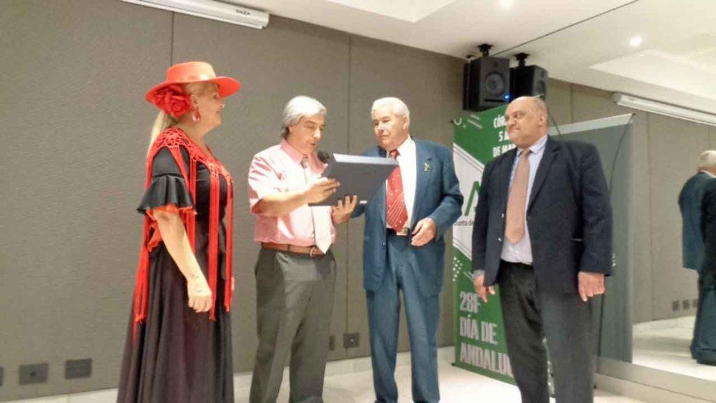 El Centro Andaluz de Córdoba entregó una placa al presidente de la Faara. En la imagen Maruja Fernández, Rodrigo Bescos, Juan Fernández Lidueña y Gustavo de Torres.
