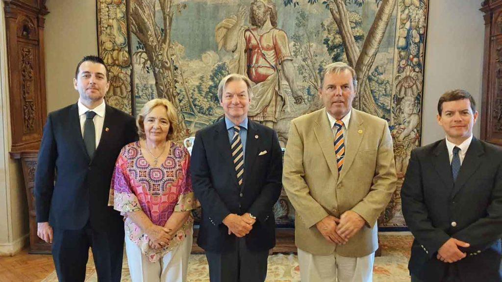 Directiva de la Federación con el embajador (centro).
