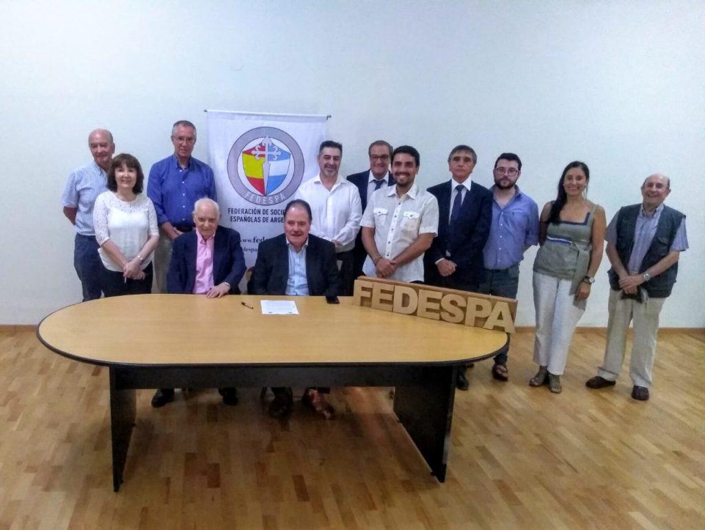 Los firmantes del acuerdo con la comisión directiva de Fedespa.