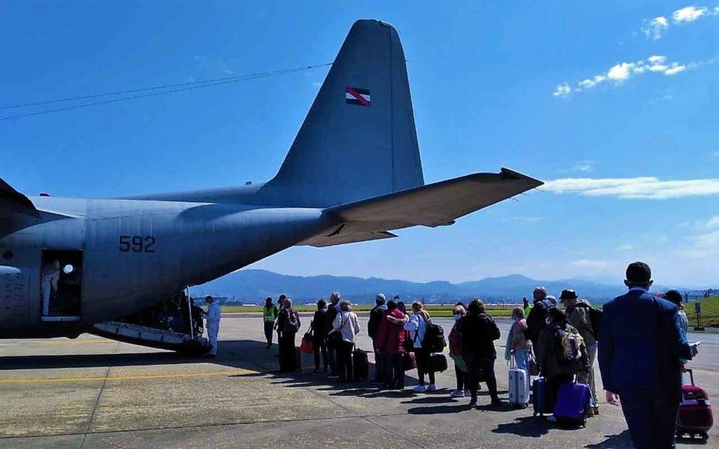 Los participantes en el crucero 'El retorno' regresaron en un avión militar.