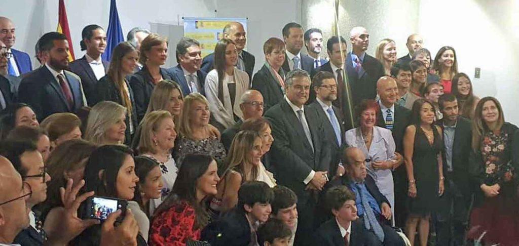 El grupo de sefardíes y en el centro el embajador Jesús Silva.