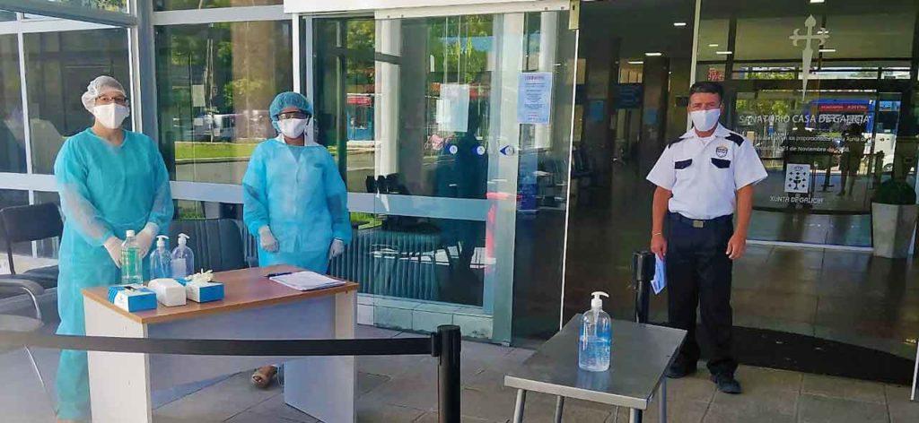 Desinfección obligatoria a la entrada de la clínica de Casa de Galicia de Montevideo.