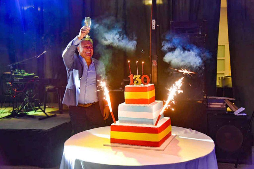 Walter Torres brindando por el aniversario.