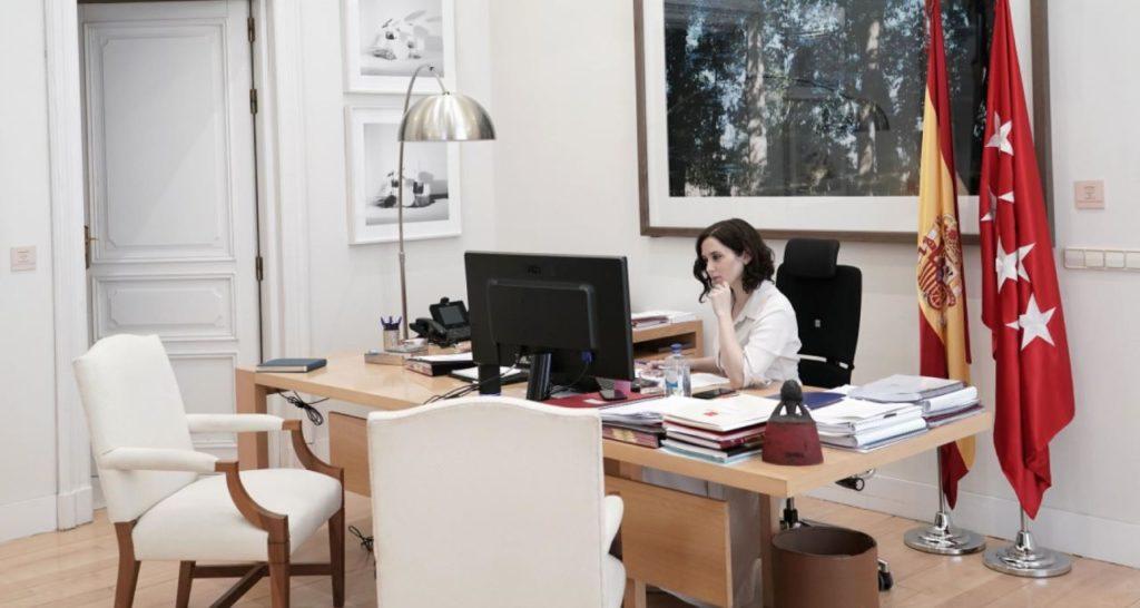 Isabel Díaz Ayuso, confninada en su casa, durante la videoconferencia con Pedro Sánchez y los otros presidenres autonómicos.