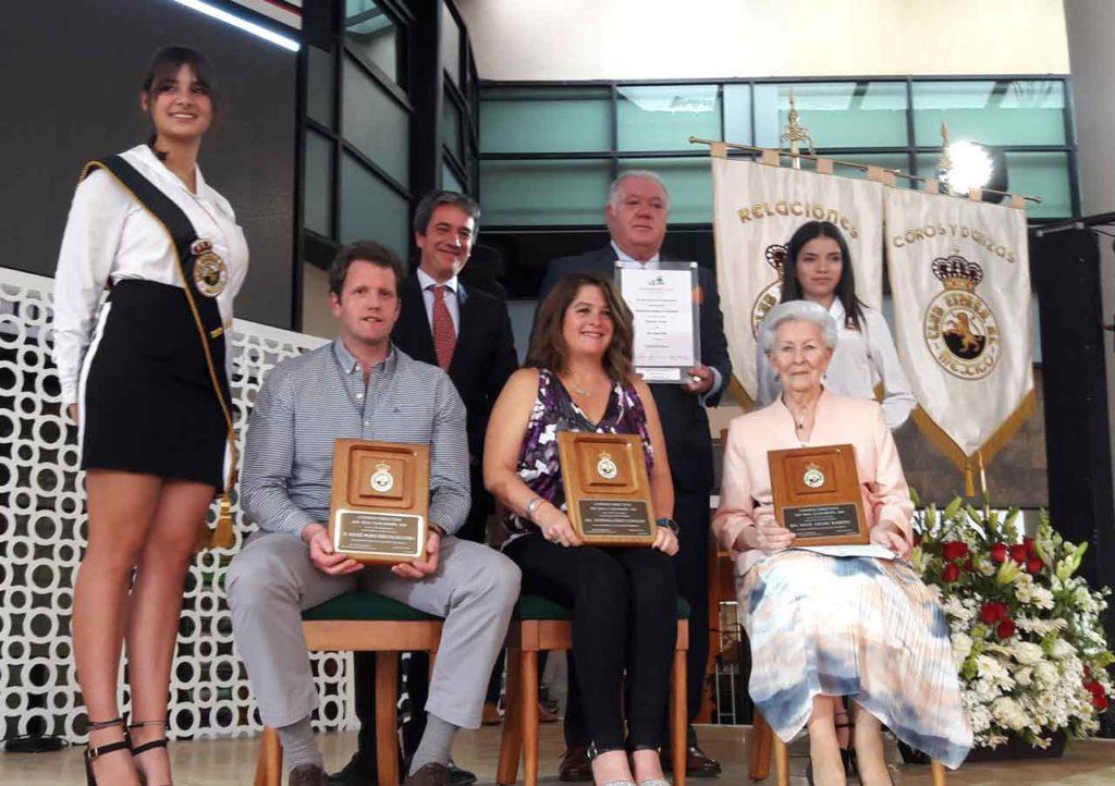 """El pelotari Miguel María Urrutia, la nadadora Estefanía Gómez y la socia Maite Lozano recibieron los premios al """"Mérito Hispanista»."""