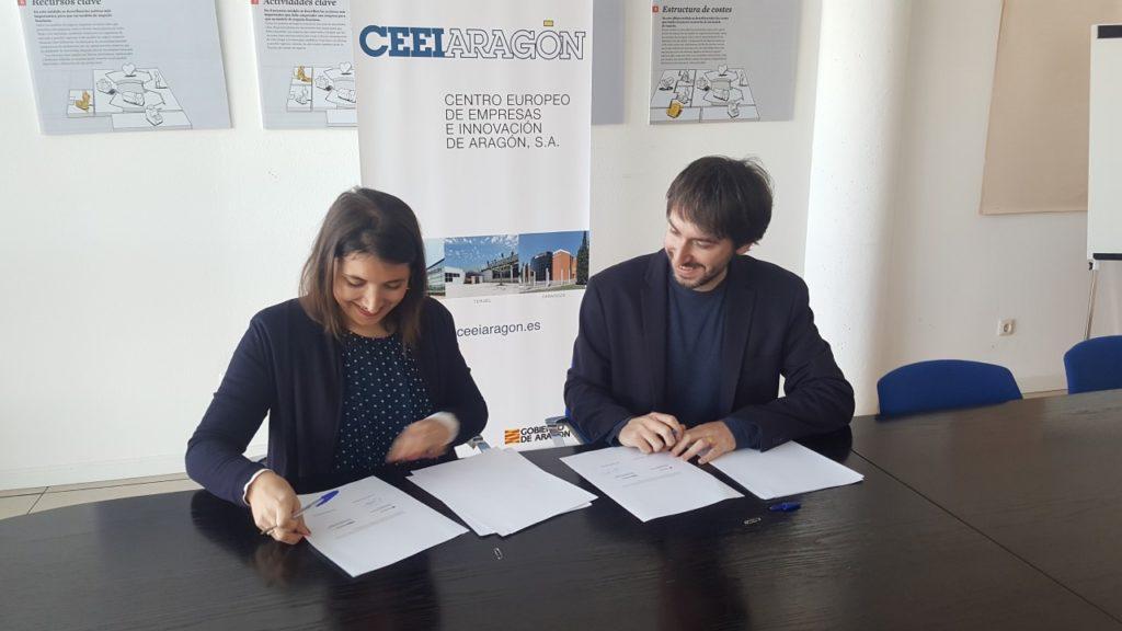Celia García y Adrián Gimeno firman el protocolo.