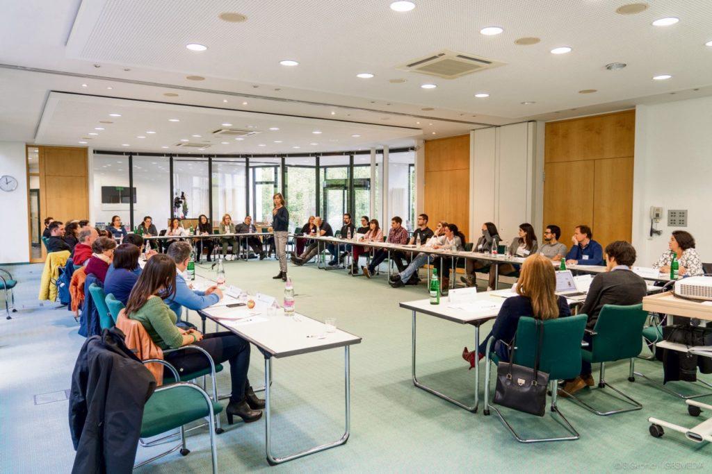 La quinta medida consiste en diseñar encuestas y talleres con emigrantes y retornados para realizar una evaluación continua del Plan.