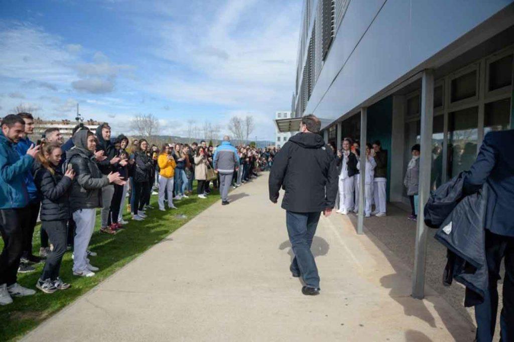 Junqueras es aplaudido por alumnos y profesores a su llegada a la Universidad de Vic.