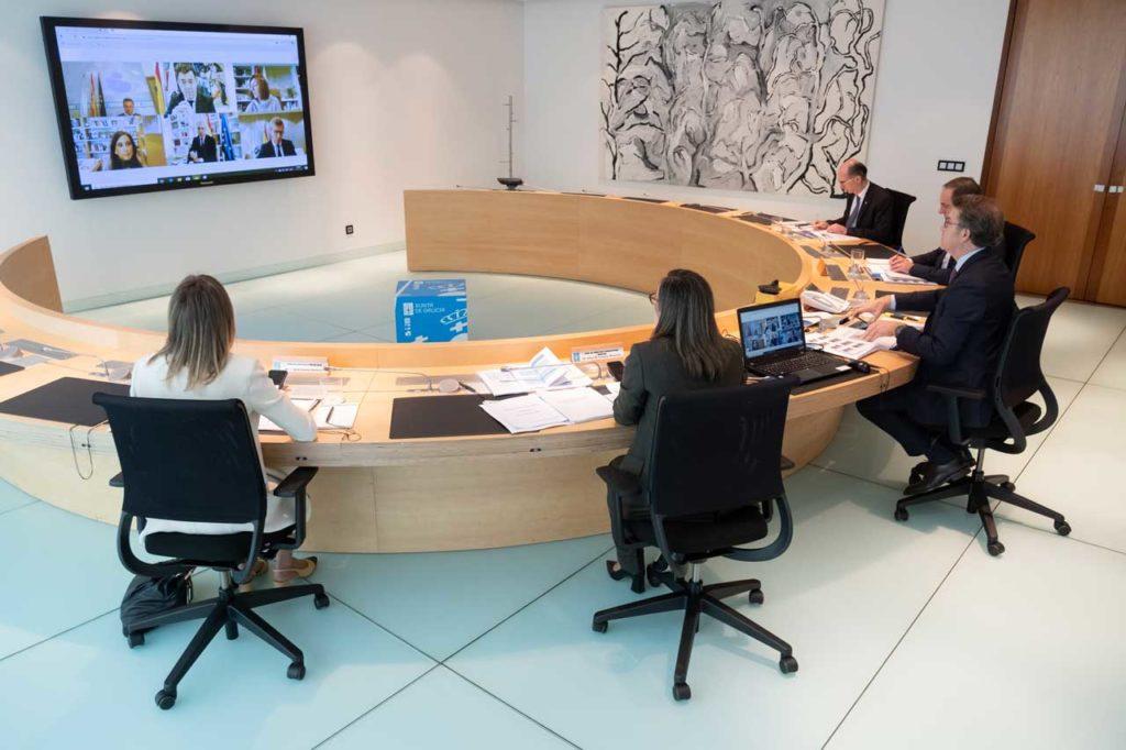 Reunión del Consello da Xunta presidido por Núñez Feijóo y con conselleiros en la sala y otros por videoconferencia.