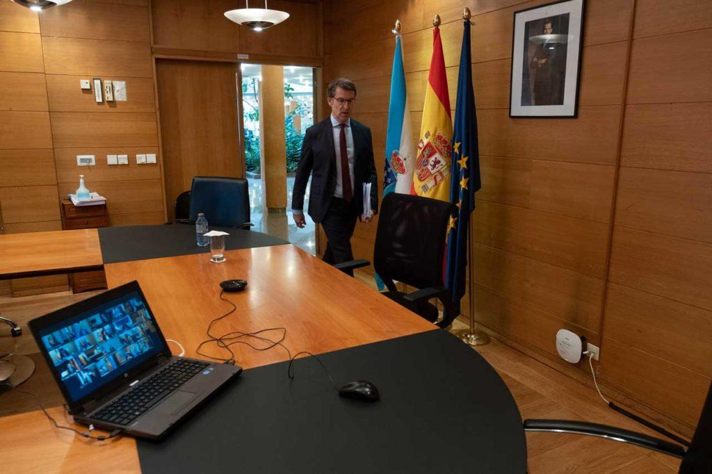El titular del Gobierno gallego, Alberto Núñez Feijóo, a su llegada a la sala donde mantuvo la videoconferencia con el presidente del Gobierno central y con los otros presidentes autonómicos.