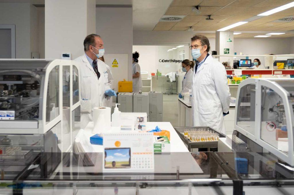 El presidente de la Xunta, Alberto Núñez Feijóo, visitó en Vigo las instalaciones de microbiología donde se llevan a cabo los análisis.