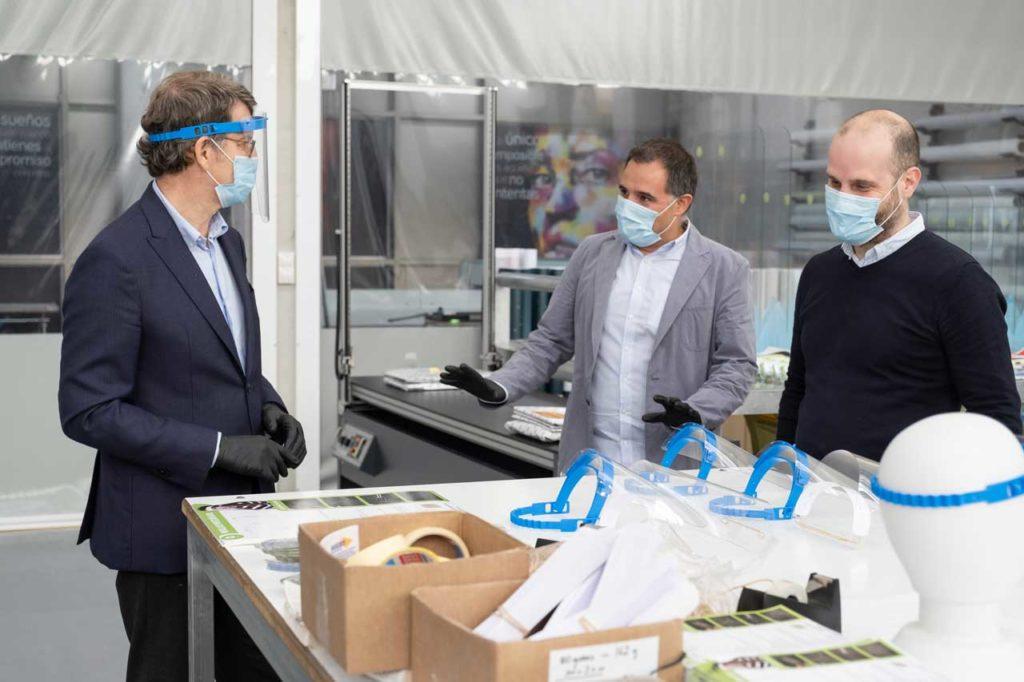 El presidente del Gobierno gallego, Alberto Núñez Feijóo, visitó en Silleda la empresa Arlit, que reorientó su actividad y acaba de entregar al Sergas más de 30.000 pantallas protectoras faciales.