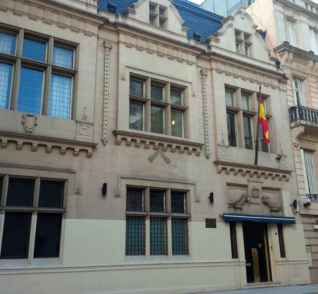 Puertas cerradas del Consulado General de España en Buenos Aires.
