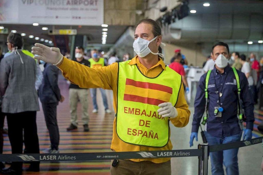 Personal de las embajadas acompañan a los españoles en los aeropuertos.