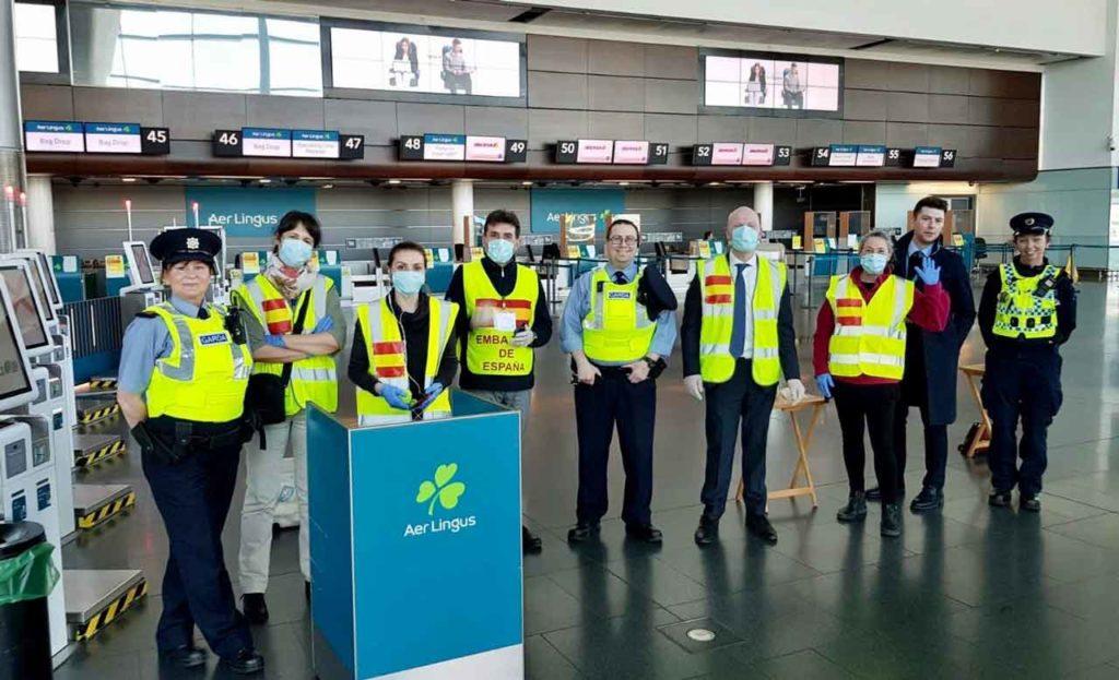 Personal de la Embajada en Irlanda que organizó el regreso de un centenar de menores a España.