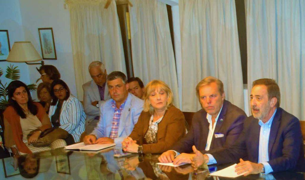 José Rodríguez Moyano, derecha, con directivos de entidades españolas en Uruguay.