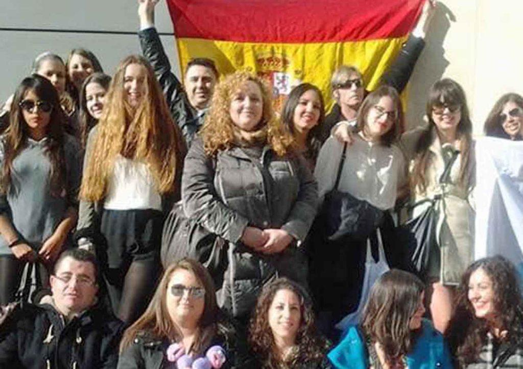 Ana María Pastor, en el centro, con un grupo de españoles en París.