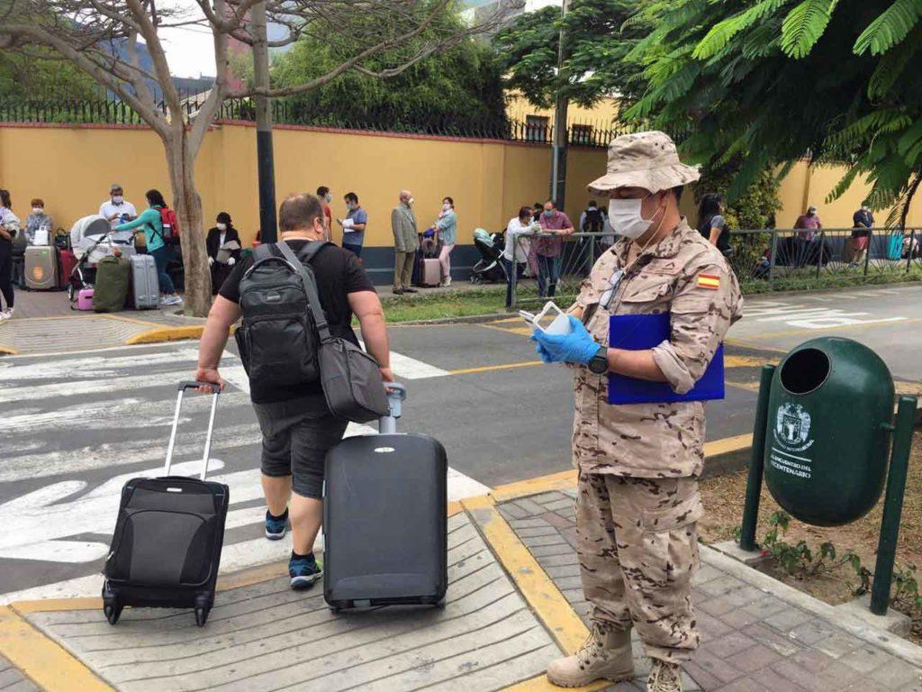 Españoles acuden a la Embajada en Lima.
