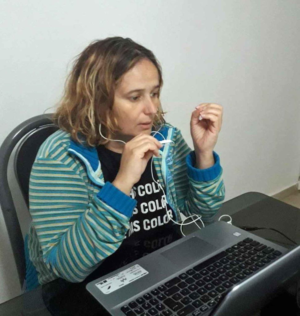La presidenta de Echando Raíces, Verónica Torres, durante la transmisión de 'Galicia Une'.