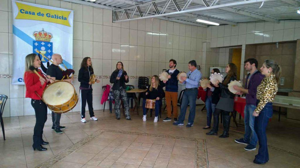 Participantes en un taller de folclore gallego en Curitiba, Brasil.