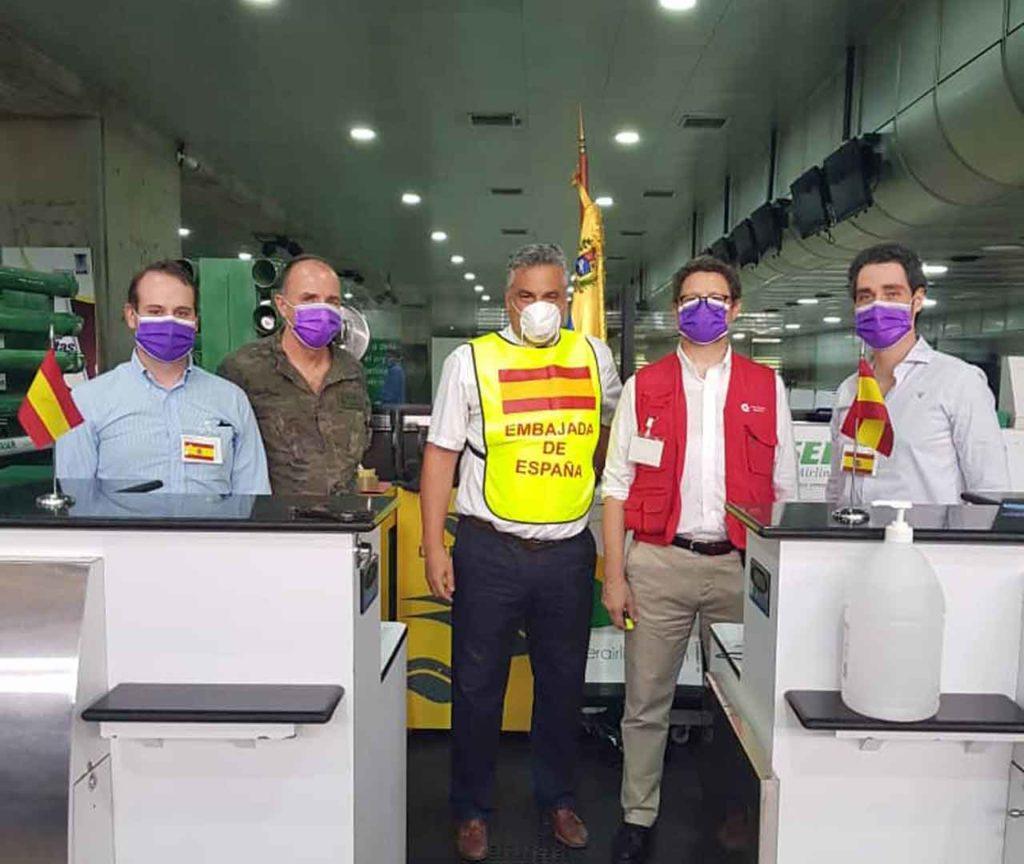 El embajador Jesús Silva, centro, con el equipo de la Embajada española en el aeropuerto de Caracas.