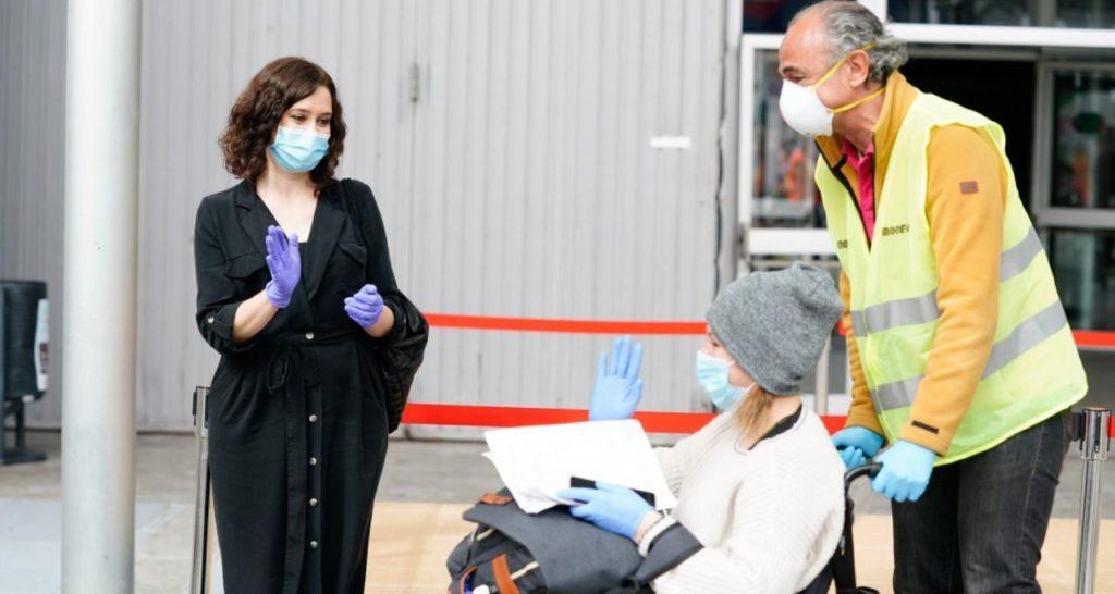 Isabel Díaz Ayuso durante su visita al hospital de campaña del Ifema.