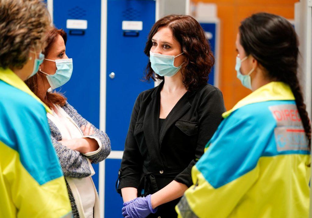 Isabel Díz Ayuso durante su visita al hospital temporal del Ifrema el 11 de abril.