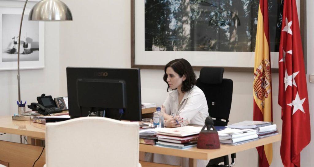 Isabel Díaz Ayuso, confinada en su casa, durante la videoconferencia con el presidente del Gobierno.